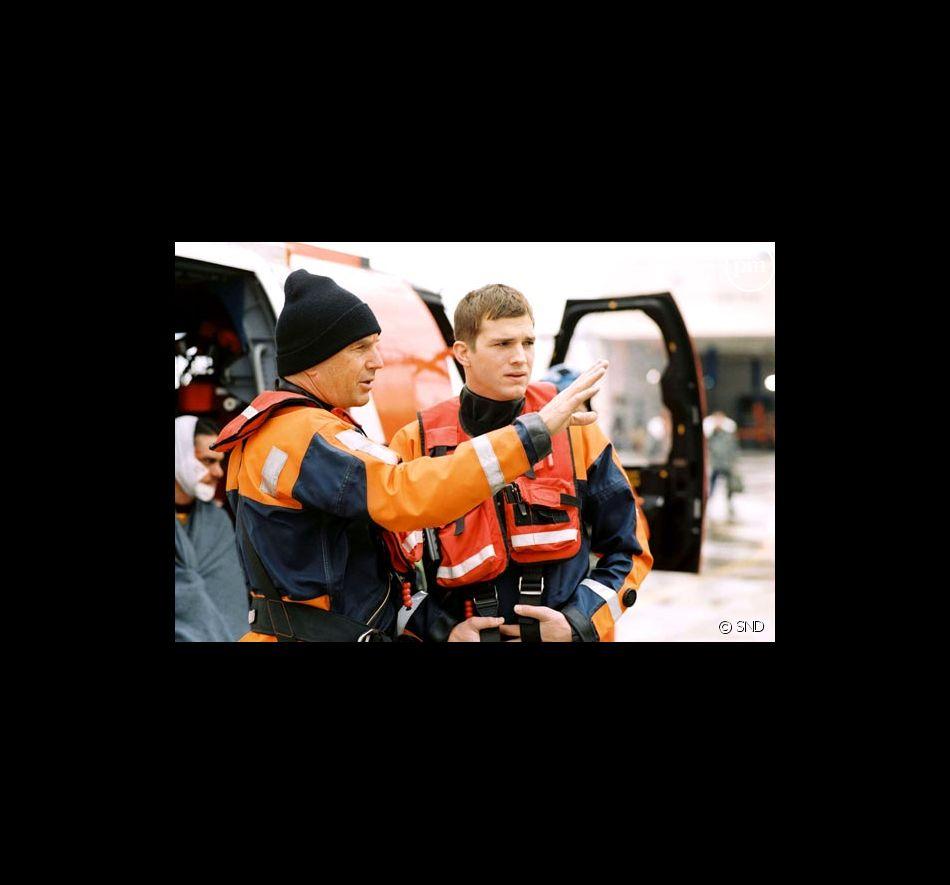 "Kevin Costner et Ashton Kutcher dans ""Coast Guards""."