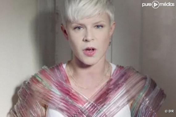 """Robyn dans le clip de """"Indestructible"""""""