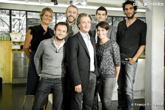 """L'équipe de """"C à vous"""" autour d'Alessandra Sublet"""