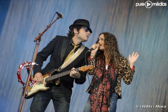 Vanessa Paradis et Matthieu Chedid en duo sur la scène du Festival des Vieilles Charues, en juillet 2008