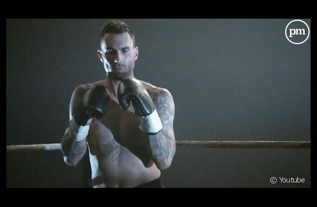"""Adam Levine dans le clip de """"One More Night"""" de Maroon 5"""