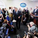En août 2009, Barack Obama fête l'anniversaire de la doyenne des journalistes de la Maison Blanche.