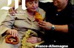 """""""M, le magazine du Monde"""" met à sa Une des sosies d'Angela Merkel et François Hollande"""