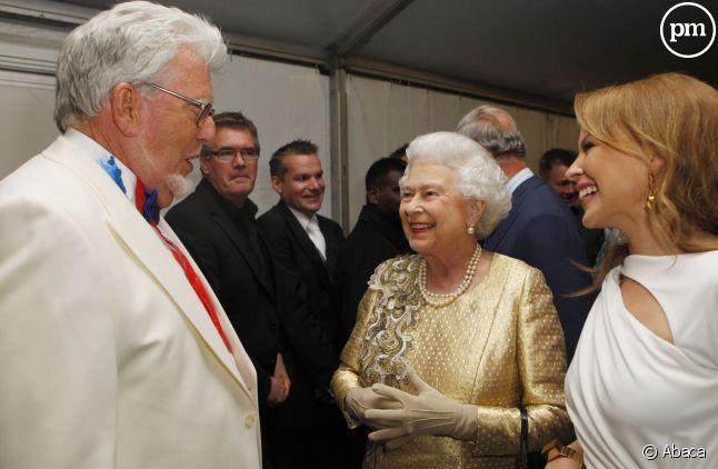 Rolf Harris, à gauche, avec la reine Elizabeth II et Kylie Minogue, en 2012.