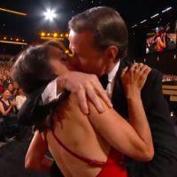 Emmy Awards 2014 : Bryan Cranston embrasse Julia Louis-Dreyfus de force