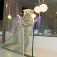 Myriam Abel se prend une baie vitrée en pleine tête dans