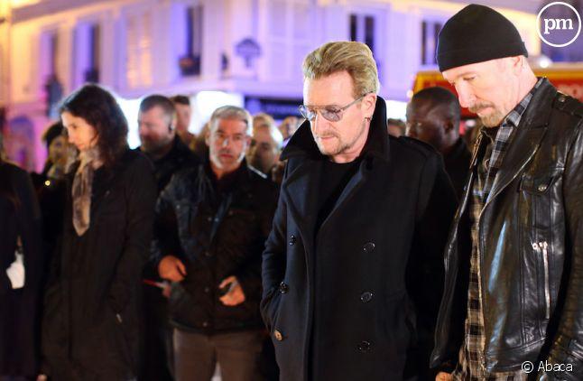 Bono et The Edge (U2) ont déposé des fleurs devant le<span> Bataclan</span>