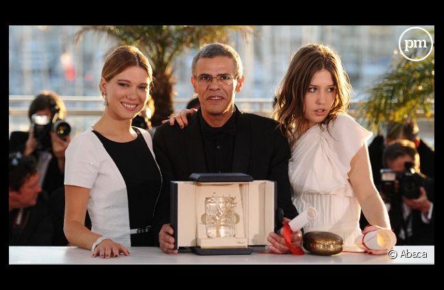 """<p>Abdellatif Kechiche avec Léa Seydoux et Adèle Exarchopoulos, les deux héroïnes de """"La vie d'Adèle""""</p>"""
