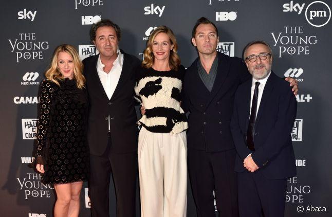 """Paolo Sorrentino entouré du cast de """"The Young Pope"""""""