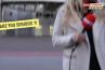 En plein duplex sur L'Equipe, le caméraman de Carine Galli percuté par un ballon de football