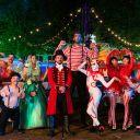 """L'ensemble des personnages de """"Boyard Land"""" accompagnés du directeur du parc"""