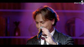 """""""C à vous"""" : Submergé par l'émotion, Roberto Alagna interrompt son morceau en live"""