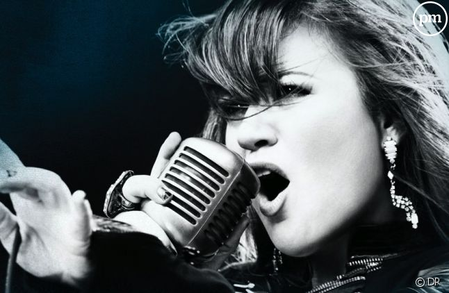 "Kelly Clarkson sur la pochette du single ""Stronger"""