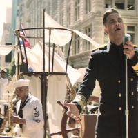 Clip : Robbie Williams à la tête d'un navire en ville pour