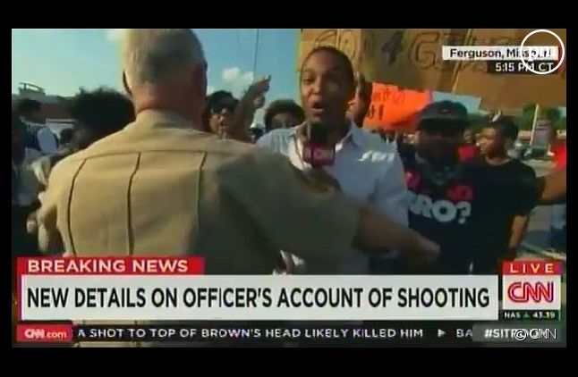 Le journaliste de CNN forcé de reculer par la police à Ferguson (capture d'écran)