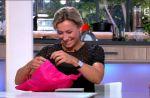 """""""C à vous"""" : Roselyne Bachelot offre un cadeau coquin à Anne-Sophe Lapix"""