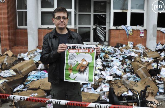 """Charb devant les locaux incendiés de """"Charlie Hebdo"""" en 2011"""