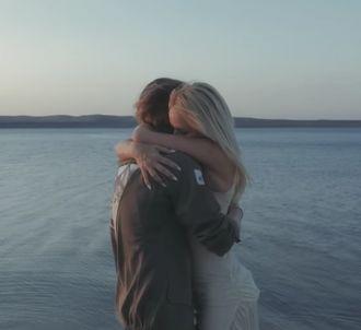 Julien Doré invite Pamela Anderson sur le clip de 'Le Lac'