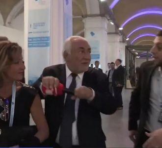 DSK jette le micro d'un journaliste de 'Quotidien'.