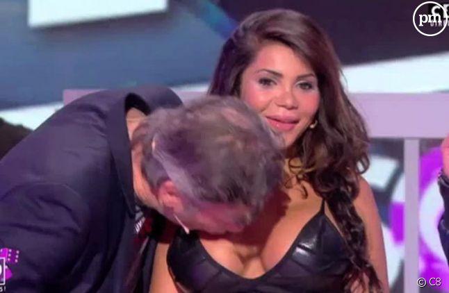 """Jean-Michel Maire embrasse le sein de Soraya lors des """"35 heures de Baba"""" sur C8."""