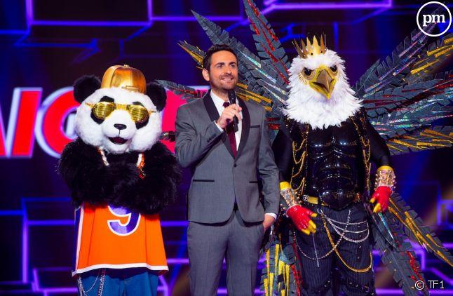 """Camille Combal entouré du panda et de l'aigle sur le plateau de """"Mask Singer"""""""