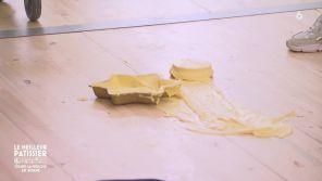 """""""Le meilleur pâtissier"""" : En panique, un candidat fait tomber son gâteau à la dernière minute"""