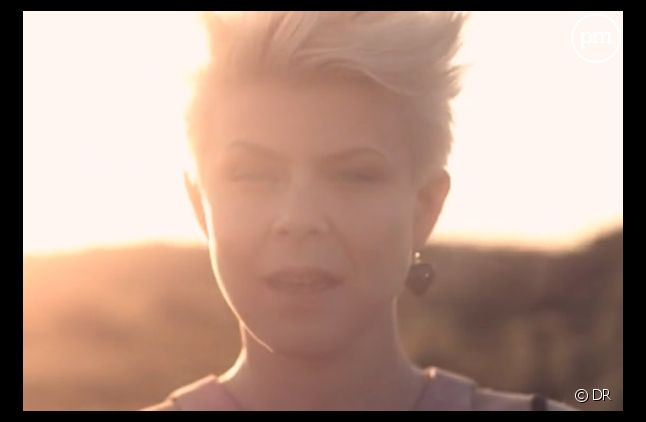 "Robyn dans le clip de ""Hang With Me"""