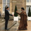 Mouammar Kadhafi en visite à Paris le 10 décembre 2007.