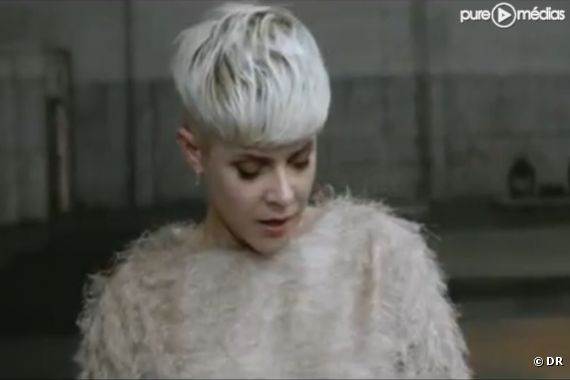 "Robyn dans le clip de ""Call Your Girlfriend"""