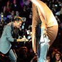 David Hasselhoff remet un trophée à Lady Gaga aux MTV Europe Music Awards 2011
