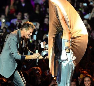 David Hasselhoff remet un trophée à Lady Gaga aux MTV...