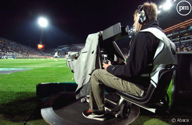 Une caméra filme une rencontre de football