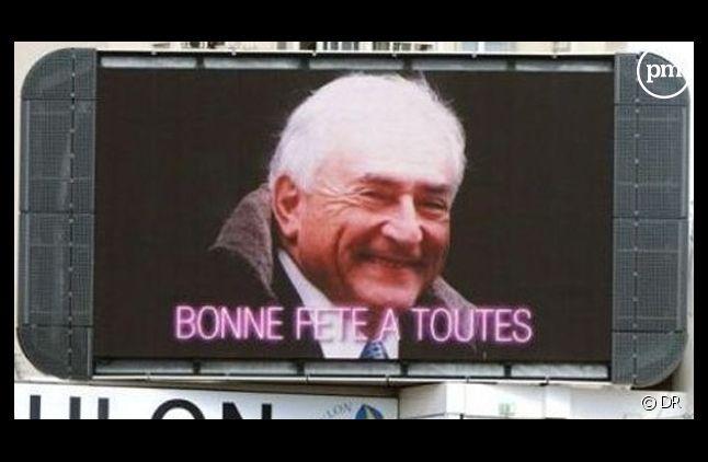 """L'image affichée sur des écrans géants où DSK souhaite bonne fête à """"toutes les femmes""""."""