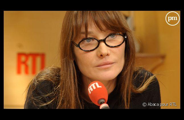 "Carla Bruni-Sarkozy défend ""avec fougue"" son mari, sur RTL le 27 mars 2013."