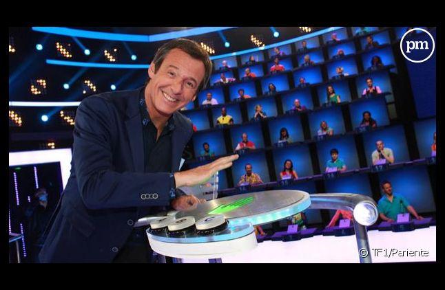 """Jean-Luc Reichmann sur le plateau du jeu """"Au pied du mur""""."""