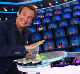 Jean-Luc Reichmann sur le plateau du jeu 'Au pied du mur'.