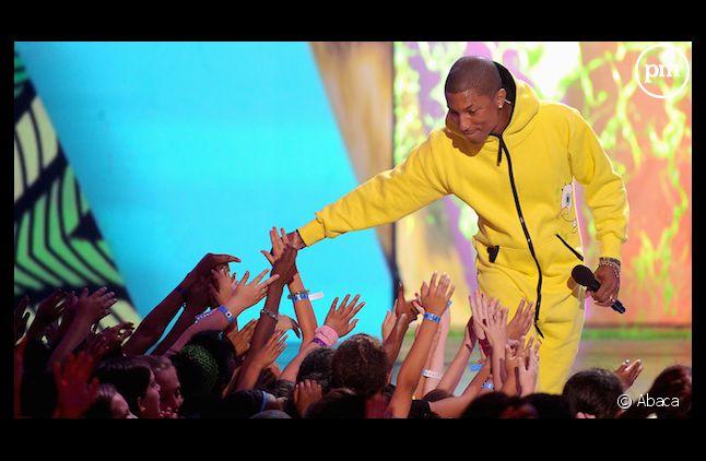 "Pharrell Williams reste en tête du top singles avec ""Happy"""