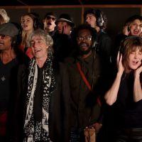 Clip : Carla Bruni, Renaud, Yannick Noah et d'autres chantent