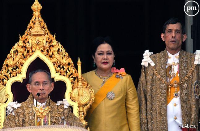 Le roi Bhumibol Adulyadej, la reine Sirikit et le prince Vajiralongkorn