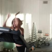 Taylor Swift rappe et chute dans une pub Apple Music