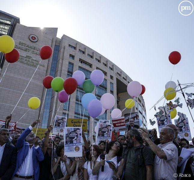 Manifestation devant le tribunal où se déroule ce lundi le procès des 17 journalistes turcs, à Istanbul.