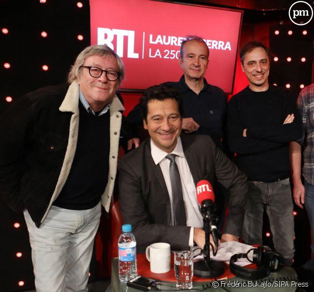 Laurent Gerra aux côtés de Jean-Jacques Peroni et d'une partie de son équipe