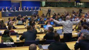 """""""Vous ne faites pas ce que vous voulez !"""" : Un journaliste s'accroche avec le groupe européen de Marine Le Pen"""