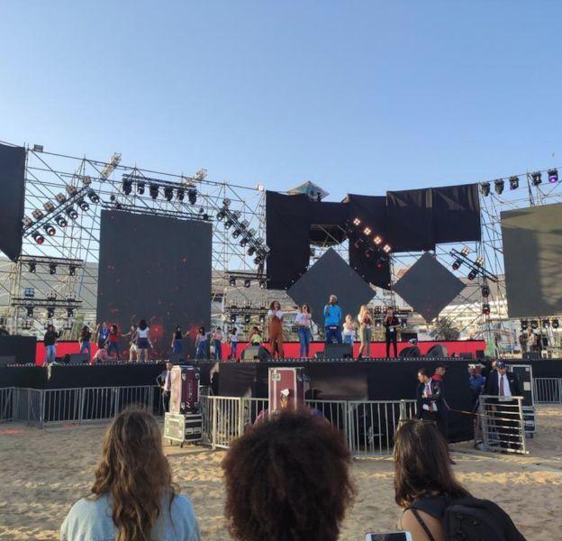Soprano répète avec les Kids United, aux côtés de danseurs du Lycée international français d'Agadir.