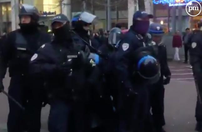Des policiers lillois après l'interpellation d'un jeune étudiant journaliste