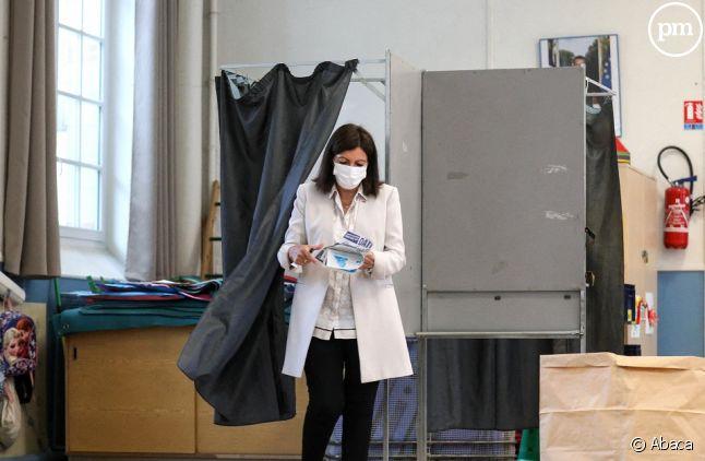 Anne Hidalgo dans un bureau de vote