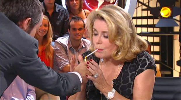 Yann Barthès et Catherine Deneuve fument sur Canal+, le 29 août 2011.