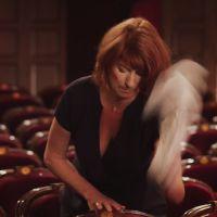 Pub : La patronne de la Comédie Française fait le ménage de sa salle