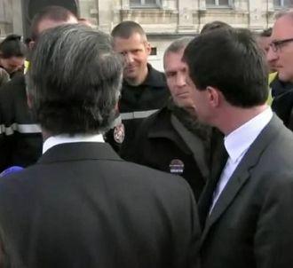Manuel Valls remonte les bretelles d'un sapeur-pompier...