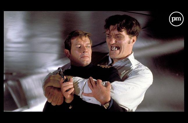 """Richard Kiel dans """"L'espion qui m'aimait"""" avec Roger Moore"""